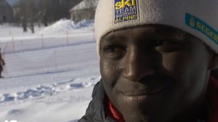 Dans le Vercors, un jeune sans-papiers, Mamoud Dialo, a risqué sa viepour sauver une femme en danger. Les appels se multiplient pour régulariser sa situation.  (France 2)