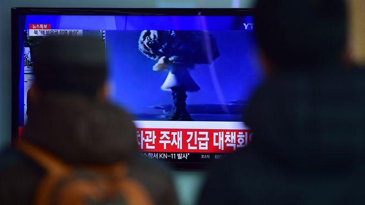 Des Sud-Coréens regardent des images de ce qui est présenté par Pyongyang comme sonpremier essai réussi de bombe à hydrogène, le 6 janvier 2016 à Séoul (Corée du Sud). (JUNG YEON-JE / AFP)