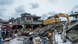 Un bulldozer débarasse les gravats après le séisme du 14 août, dans la ville des Cayes, en Haïti. (REGINALD LOUISSAINT JR / AFP)