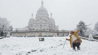 Une jeune femme descend les pentes de la butte Montmartre à ski aux abords de la Basilique du Sacré Cœur, mardi 6 février 2018. (MAXPPP)