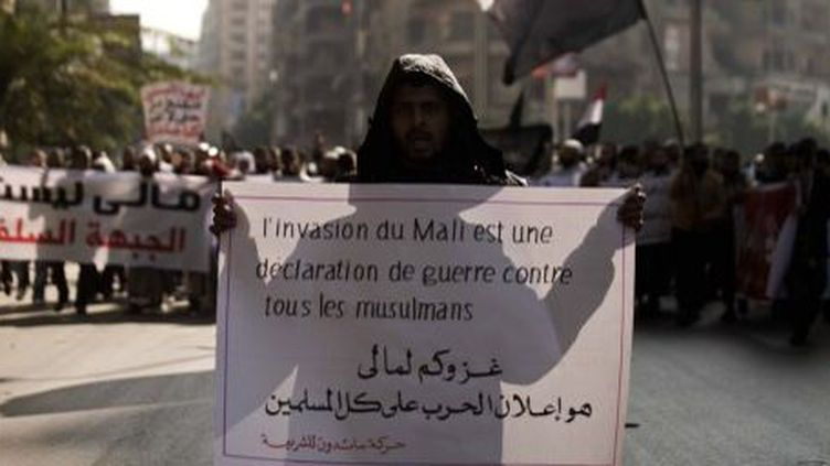 Manifestation organisée le 18 janvier 2013 au Caire par les islamistes égyptiens contre l'intervention française au Mali. Le frère du chef d'al-Qaïda, Ayman al-Zawahiri, participait à la manifestation qui s'est déroulée près de l'ambassade française au Caire. ( AFP PHOTO / GIANLUIGI GUERCIA)
