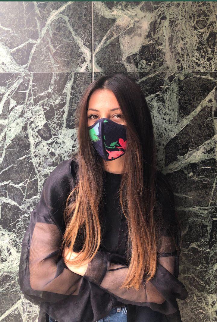 La créatriceArmine Ohanyanporte un des masques en tissus qu'elle a réalisé. Avril 2020 (Armine Ohanyan)
