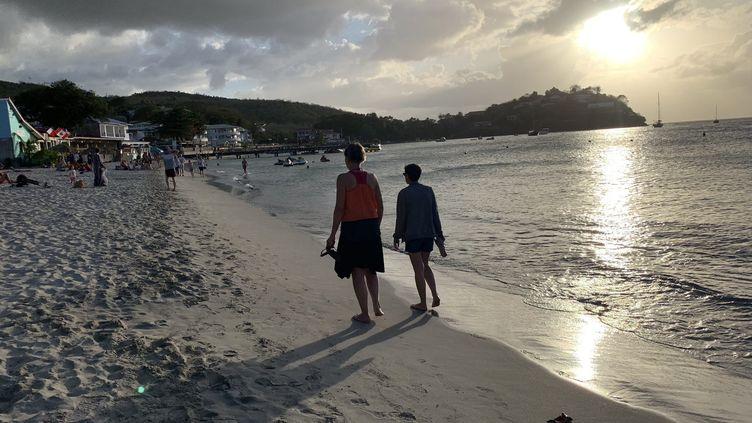 Des personnes marchant le soirle long d'une plage de Martinique (illustration). (LP/AUR?LIE AUDUREAU / MAXPPP)