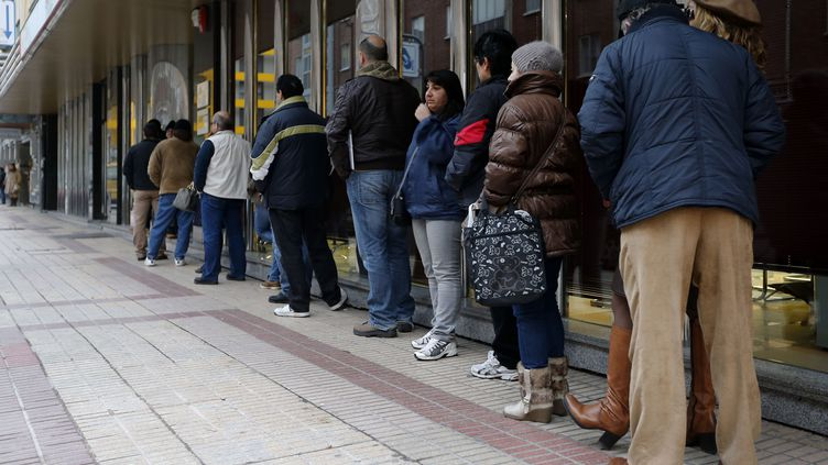 Des Espagnols font la queue près d'une agence publique pour l'emploi à Burgos (Espagne), le 4 février 2013. (CESAR MANSO / AFP)