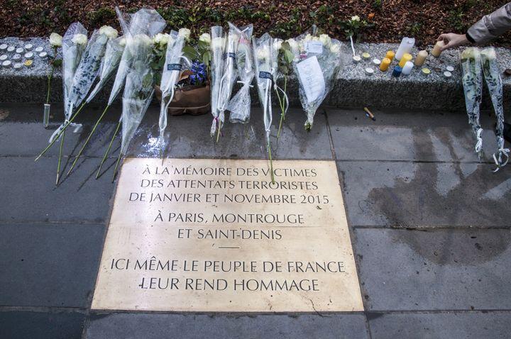 Une plaque commémorative en honneur des victimes des attentats de Paris,sur la place de la République, à Paris, le 10 janvier 2016. (ROLLINGER-ANA / ONLY FRANCE / AFP)