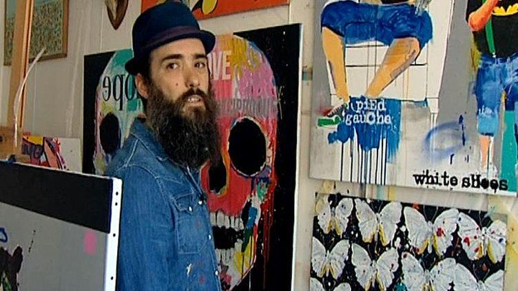 Cieu, l'artiste au milieu de certaines de ses toiles  (France3/Culturebox)