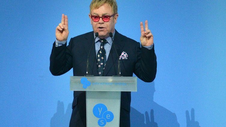 Elton John, le 12 septembre 2015 à Kiev (Ukraine), lors d'un discours en faveur des droits des homosexuels. (GENYA SAVILOV / AFP)
