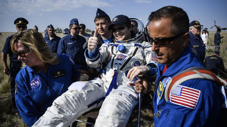 L'astronaute Anne McClain, peu de temps après sa descente du Soyouz, le 25 juin 2019. (ALEXANDER NEMENOV / POOL)