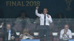 Emmanuel Macron célèbre un but de l'équipe de France, le 15 juillet 2018, à Moscou, en Russie. (CHRISTOPHE SIMON / AFP)