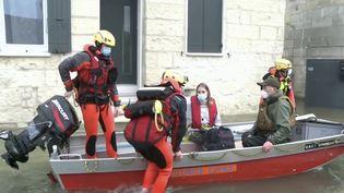 Charente-Maritime : les autorités viennent en aide aux sinistrés à Saintes.  (FRANCE 3)