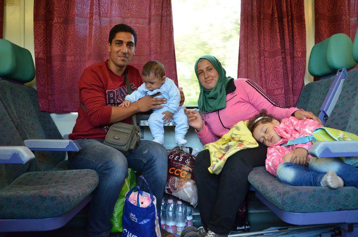 Majd Ashour, sa femme et ses deux enfants, le 6 septembre 2015 entre Budapest et Hegyeshalom (Hongrie). (THOMAS BAIETTO / FRANCETV INFO)