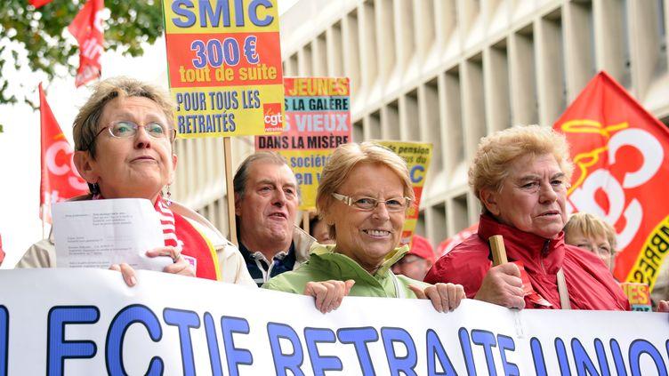 Des personnes défilent le 6 octobre 2011 à Lille (Nord) à l'appel des cinq organisations syndicales de retraités. (PHILIPPE HUGUEN / AFP)