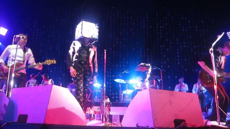 """Arcade Fire reprend """"Controversy"""" de Prince sur la scène du Target Center de Minneapolis le 8 mars 2014.  (TrevGreg Youtube / Saisie écran)"""
