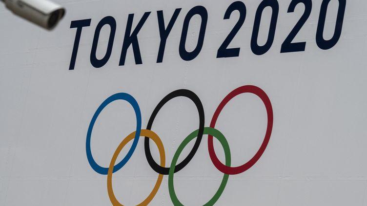Une bannière des Jeux olympiques 2020 affichée à Tokyo. (CHARLY TRIBALLEAU / AFP)