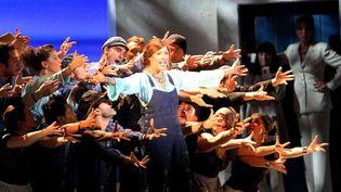 """Sophie Delmas sur scène entourée par la troupe de """"Mamma Mia !"""" en novembre 2012 à Nice  (NICE MATIN/ Patrice LAPOIRIE)"""