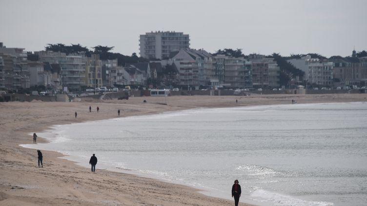 Despromeneurs sur la plage, à La Baule, le 13 mai 2020. (LOIC VENANCE / AFP)