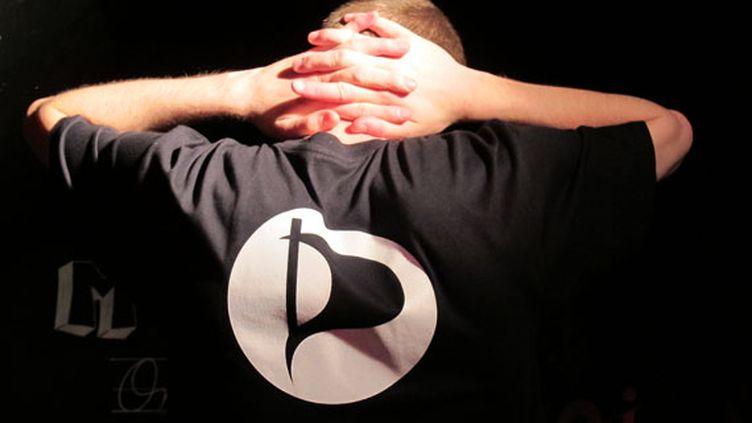 Un membre du Parti pirate, le 23 mai 2012 à Paris. (THOMAS BAIETTO / FTVI)
