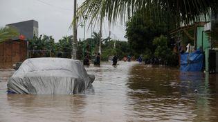 Un quartier à l'est de Jakarta est envhai par les eaux, le 1er janvier 2020. (ADITYA IRAWAN / NURPHOTO / AFP)