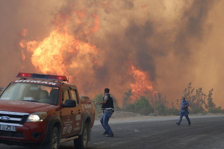 Un incendie de forêt dans la provinced'Antalya, située dans le sud de la Turquie, le 1er août 2021. (MUSTAFA CIFTCI / ANADOLU AGENCY / AFP)