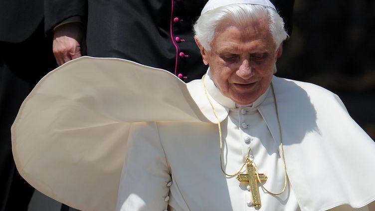 Le pape Benoît XVI quitte la place Saint-Pierre, le 28 avril 2010, après son audience hebdomadaire au Vatican. (ALBERTO PIZZOLI / AFP)