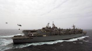L'USS Boxer, navire américain qui a abattu un drone iranien le 18 juillet 2019, ici lors d'un ravitaillement en mer quatre jours plus tôt, sur une photo de la marine américaine qui n'a pas dévoilé sa localisation. (KEYPHER STROMBECK / NAVY OFFICE OF INFORMATION / AFP)