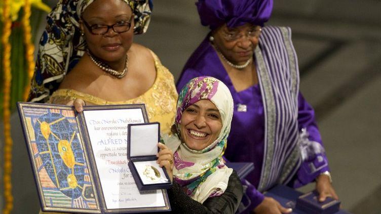 La prix Nobel de la paix yéménite Tawakkol Karman, devant, avec ses colauréates libériennes Leymah Gbowee (gauche) et Ellen Johnson Sirleaf. (ODD ANDERSEN / AFP)
