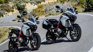 A gauche la 950S, à droite la Ducati 950S équipée Touring avec ses roues à rayons. (DUCATI pour FRANCE INFO)