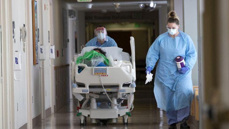 Un patient atteint du Covid-19 pris en charge à l'hôpitalHarborview, à Seattle (Washington), le 7 mai 2020. (KAREN DUCEY / GETTY IMAGES NORTH AMERICA / AFP)