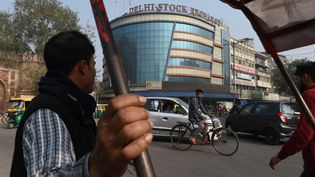 Des Indiens devant la bourse de New Delhi, en novembre 2016. (PRAKASH SINGH / AFP)