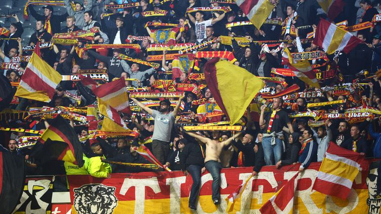 Les supporters lensois ne pourront pas faire le déplacement à Pierre-Mauroy ce dimanche soir (DENIS CHARLET / AFP)