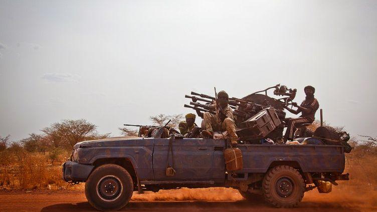 Des soldats du mouvement islamiste Justice Equality Movement, opposé au gouvernement du Soudan, le 20 avril 2012, sur la route principale de Heglig (Soudan du Sud). (ADRIANE OHANESIAN / AFP)
