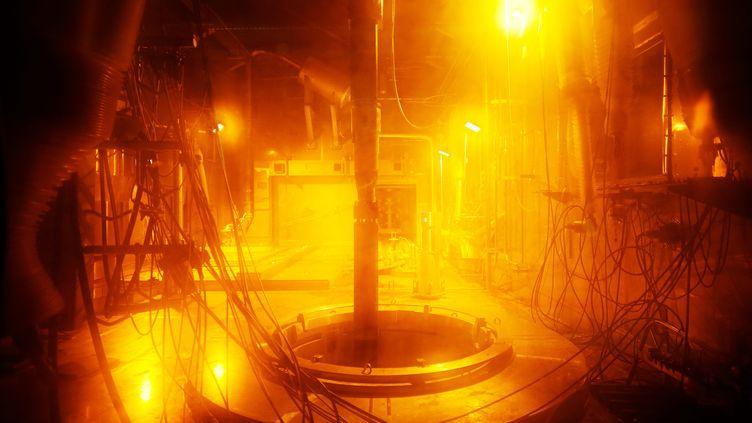 Le déchargement d'un combustible usé dans l'usine de retraitement des déchets nucléaires d'Orano à Beaumont-Hague (Manche), le 5 juin 2018. (CHARLY TRIBALLEAU / AFP)