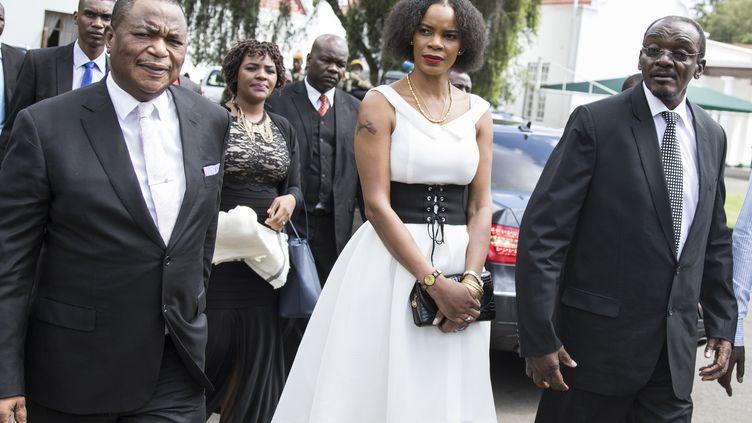 Marry Mubaiwa, 38 ans, entourée de son mari Constantino Chiwenga, vice-président du Zimbabwe (à gauche) et de Kembo Mohadi, deuxième vice-président, peu après leur nomination, le 28 décembre 2017. (WILFRED KAJESE / AFP)