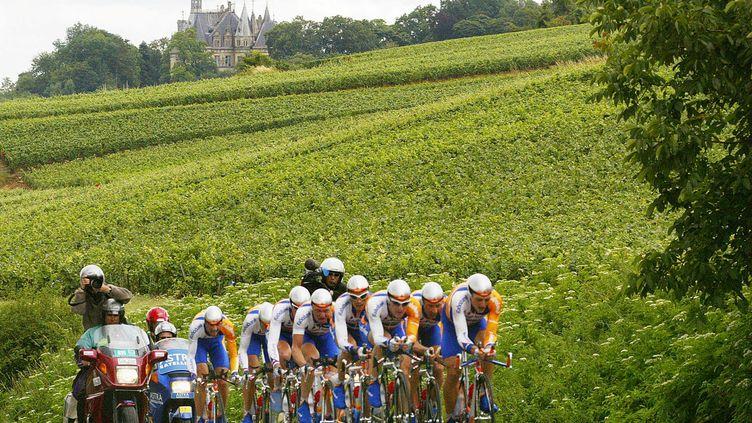 Les coureurs de l'équipe Rabobank lors d'un contre-la-montre par équipe sur le Tour de France, le 10 juillet 2002. (GUY ANDRIEU / AFP)