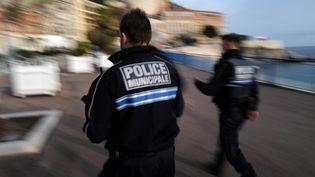Des policiers patrouillent à Nice (Alpes-Maritimes), le 27 février 2021. (VALERY HACHE / AFP)