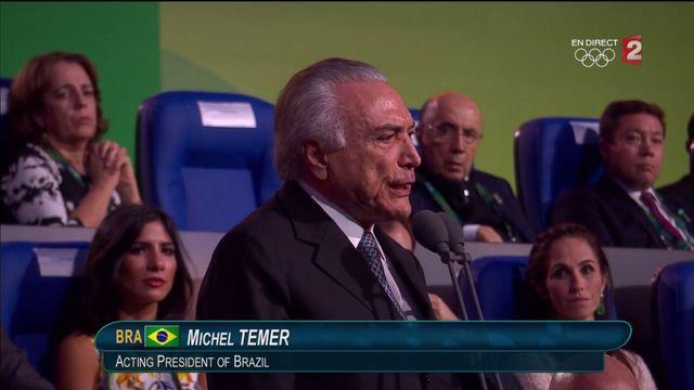 Le président brésilien par intérim Michel Temer, hué dans les tribunes.