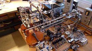 RO-BOW, la machine à jouer du violon, a été inventée par l'ingénieur américain Seth Goldstein. (SETH GOLDSTEIN / YOUTUBE)