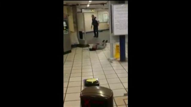 """La police britannique privilégie la piste """"terroriste"""", au lendemain de l'arrestation d'un homme qui a blessé au couteau deux personnes dans une station de métro de l'est de Londres."""