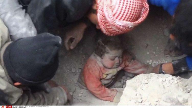 22 janvier 2014 à Alep (Syrie), le petiteGhina Khalil, âgée de 14 ans, sortie vivante des gravats de sa maison bombardée (UNCREDITED / AP / SIPA )