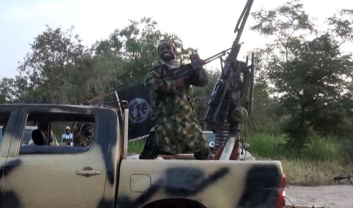 Cette capture d'écran d'une vidéo de Boko Haram montre son leader, Abubakar Shekau, juché à l'arrière d'un pick-up, le 2 octobre 2014. (AFP)