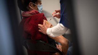 Une femme reçoit une dose de vaccin contre le Covid-19, le 9 avril 2021, à Nantes (Loire-Atlantique). (LOIC VENANCE / AFP)