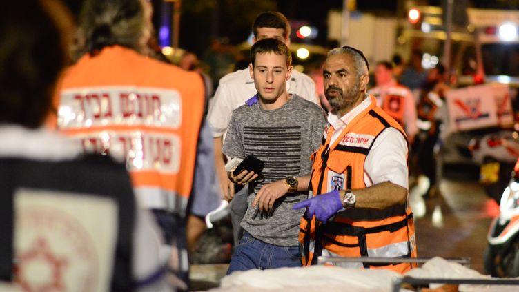 Les secours interviennent après l'attentat dans le quartier de Sarona à Tel-Aviv (Israël), qui a fait 4 morts mercredi 8 juin 2016. (CITIZENSIDE/AVIVI AHARON / AFP)