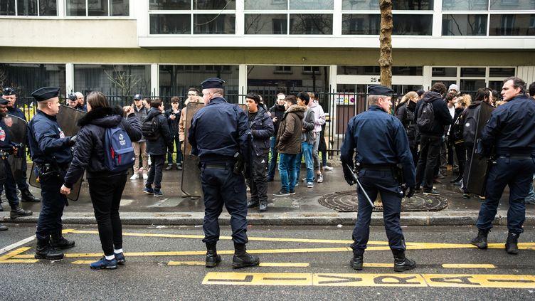 Des étudiants empêchent l'accès au site de Tolbiacde l'université Paris-I Panthéon-Sorbonne,dans le 13e arrondissement parisien, le 29 mars 2018. (JEROME CHOBEAUX / CROWDSPARK)