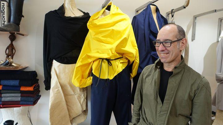 Gustavo Lins dans son atelier-galerie parisien, devant sa pièce préférée, une blouse en popeline jaune, avril 2018  (Corinne Jeammet)