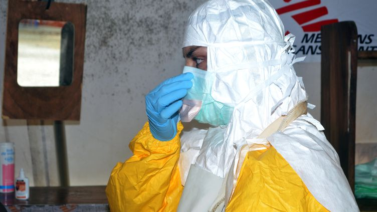 Un membre de MSF à Conakry, en Guinée, le 23 juillet 2014. (CELLOU BINANI / AFP)