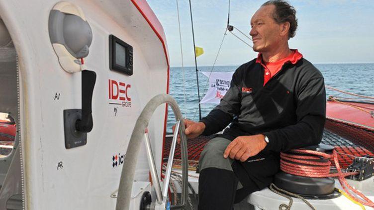 Francis Joyon à la barre de son bateau (FRED TANNEAU / AFP)