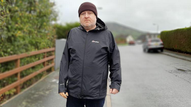 Martin Mc Keown, membre du parti socialiste républicain et ancien prisonnier de guerre, ici à Newry, en Irlande du Nord. (VALENTIN DUNATE / RADIO FRANCE)