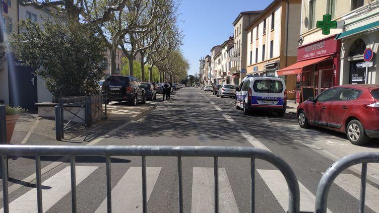 Périmètre de sécurité autour de l'attaquesur le cours Didier à Romans sur Isère. (RADIOFRANCE)