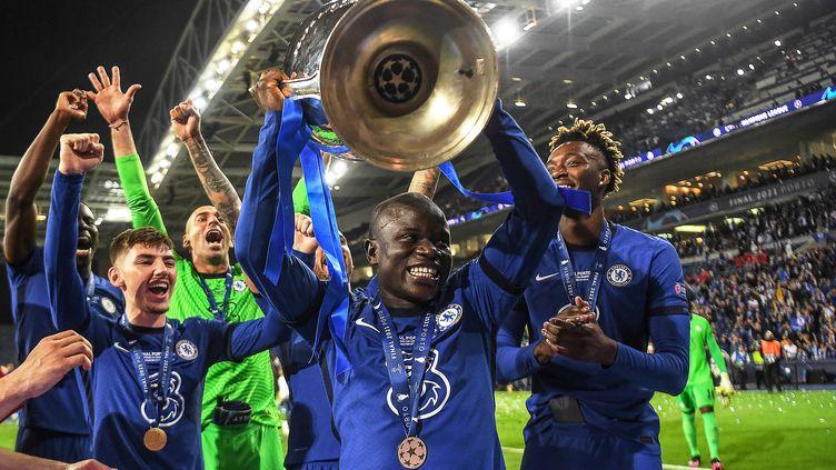 N'Golo Kanté avec la coupe de la Ligue des champions, samedi 29 mai 2021. (DAVID RAMOS / POOL)