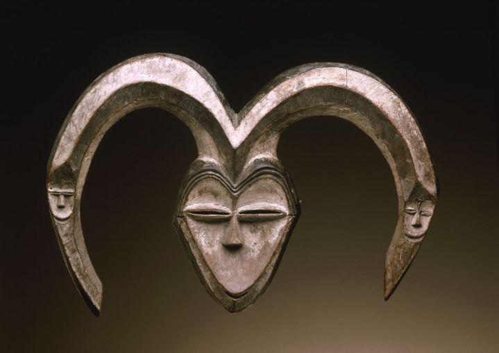 Masque, originaire du Gabon ou de la République du Congo, daté du XIXe ou début du XXe siècle, sans certitude. Bois et pigments. (Musée Barbier-Mueller 1019-15, photo studio Ferrazzini-Bouchet)